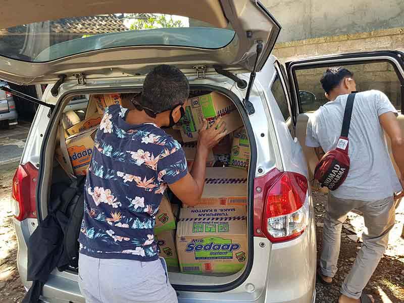 voedselpakketten worden ingeladen in auto