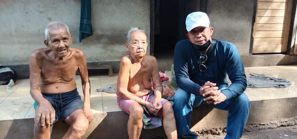 oude man en vrouw ontvangen voedselpakket