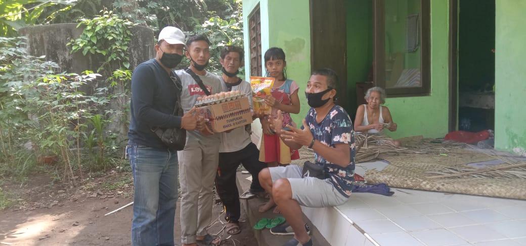 indonesisch kind ontvangt hulp