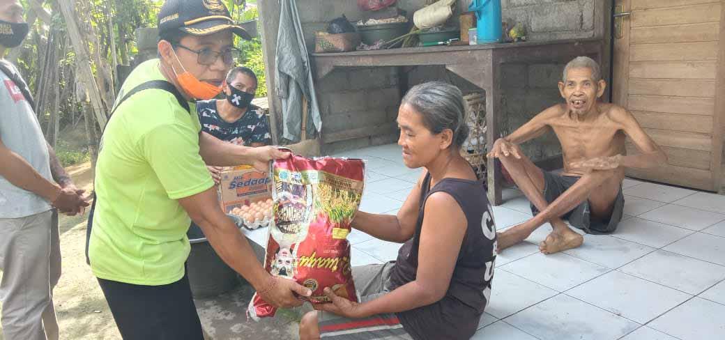 indonesische familie ontvangt hulp
