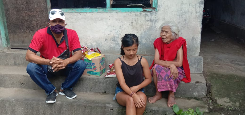 familie ontvangt voedselpakket