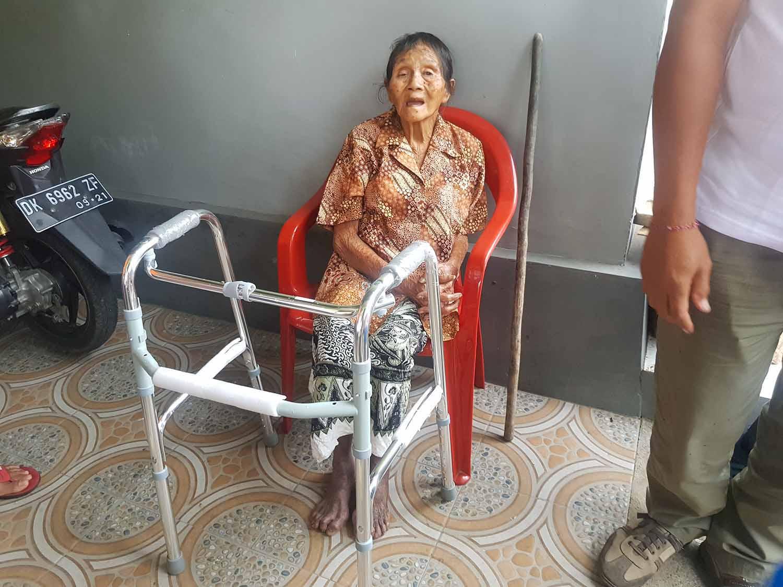 arme vrouw ontvangt rollator